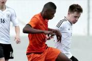 Man United maakt melding van komst Ajax-talent Fosu-Mensah(16)